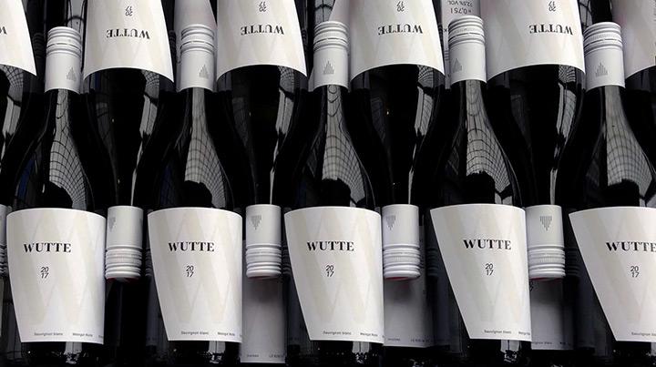 Weinflaschen mit neuen, weißen Etiketten
